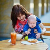 Belle jeune mère avec son bébé garçon Image stock