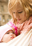 Belle jeune mère avec son descendant de chéri image stock