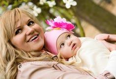 Belle jeune mère avec son descendant de chéri photo libre de droits
