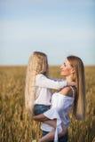 Belle jeune mère et sa fille au champ de blé Photos libres de droits