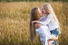 Belle jeune mère et sa fille au champ de blé Photos stock