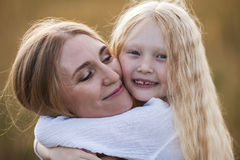 Belle jeune mère et sa fille au champ de blé Images stock