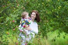 Belle jeune mère et sa fille de bébé Photo libre de droits