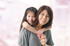 Mère et ses cinq années de fille Photographie stock