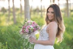 Belle jeune mariée élégante dans une belle robe luxuriante dans la forêt Photographie stock libre de droits