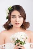 Belle jeune mariée asiatique de femme sur le fond gris Verticale de plan rapproché Photographie stock