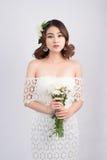 Belle jeune mariée asiatique de femme sur le fond gris Verticale de plan rapproché Images libres de droits