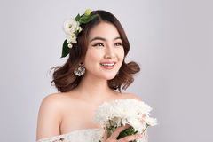 Belle jeune mariée asiatique de femme sur le fond gris Verticale de plan rapproché Photo libre de droits