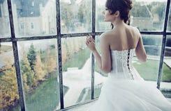 Belle jeune mariée attendant son mari Image libre de droits