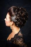 Belle jeune mariée avec la coiffure de mariage de mode Image libre de droits