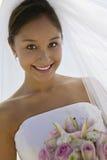 Belle jeune mariée avec le bouquet de fleur Photographie stock