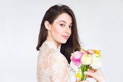 Belle jeune mariée avec le bouquet de fleur de ranunkulyus Photos libres de droits