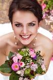 Belle jeune mariée avec le joli sourire Photos stock