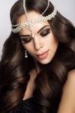 Belle jeune mariée avec le maquillage et la coiffure de mariage Image libre de droits