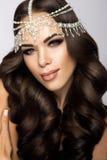 Belle jeune mariée avec le maquillage et la coiffure de mariage Photos stock
