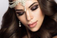 Belle jeune mariée avec le maquillage et la coiffure de mariage Images stock