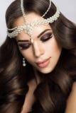 Belle jeune mariée avec le maquillage et la coiffure de mariage Photos libres de droits