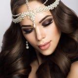 Belle jeune mariée avec le maquillage et la coiffure de mariage Images libres de droits