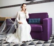 Belle jeune mariée avec le téléphone portable Concept des nouveaux mariés d'amour et d'intérêt Photo stock