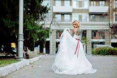 Belle jeune mariée avec le tatouage au matin de mariage image stock
