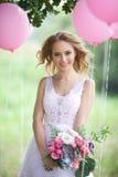 Belle jeune mariée avec un bouquet Image libre de droits