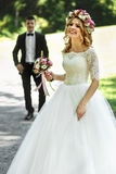 Belle jeune mariée blonde élégante dans la marche blanche de robe et de marié Photographie stock