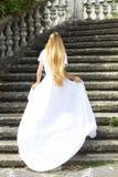 Belle jeune mariée courante dehors en parc Photos libres de droits