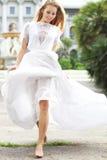 Belle jeune mariée courante dehors en parc Image stock