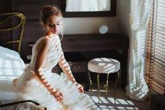 Belle jeune mariée dans la chambre à coucher Image libre de droits