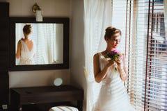 Belle jeune mariée dans la chambre à coucher Images stock