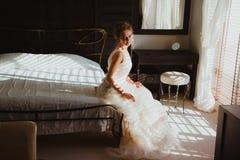 Belle jeune mariée dans la chambre à coucher Photo libre de droits