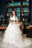 Belle jeune mariée dans la chambre d'hôtel de luxe Images libres de droits