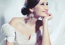 Belle jeune mariée dans la longue robe de satin Photographie stock libre de droits