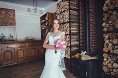 Belle jeune mariée dans la maison en bois Photo libre de droits