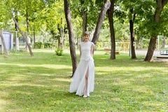 Belle jeune mariée dans la robe blanche de dentelle de l'heure d'été Photographie stock libre de droits