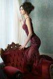 Belle jeune mariée dans la robe de couture Image stock