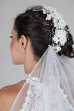 Belle jeune mariée dans la robe de mariage Photo stock