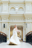 Belle jeune mariée dans la robe de mariage dans la fille intérieure et heureuse sur le pont Image libre de droits