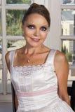 Belle jeune mariée dans la robe de mariage portant un collier Image stock