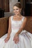 Belle jeune mariée dans la robe de mariage portant un collier Photos libres de droits