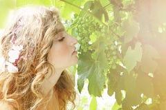 Belle jeune mariée dans le jardin Images stock