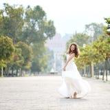 Belle jeune mariée dans le jour du mariage à Naples, Italie Photos libres de droits