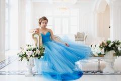 Belle jeune mariée dans le style bleu magnifique de Cendrillon de robe photos stock