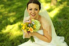 Belle jeune mariée dans son jour du mariage Photographie stock libre de droits
