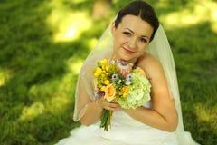 Belle jeune mariée dans son jour du mariage Photographie stock