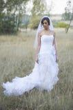 Belle jeune mariée dans un arrangement extérieur naturel photographie stock