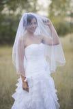 Belle jeune mariée dans un arrangement extérieur naturel photo stock