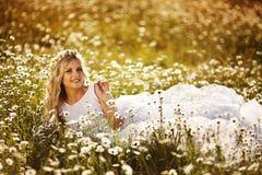 Belle jeune mariée dans un domaine photos stock