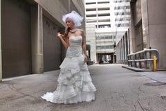 Belle jeune mariée dans une allée Images stock