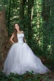 Belle jeune mariée dans une forêt dense images stock